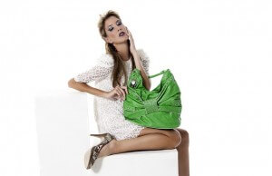 Kobieta z zieloną torebką