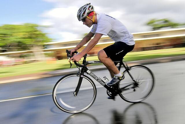 Kolarz w kasku na rowerze sportowym