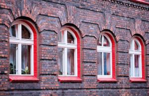 czerwone okna w familoku