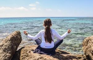 Kobieta ćwiczy jogę nad morzem