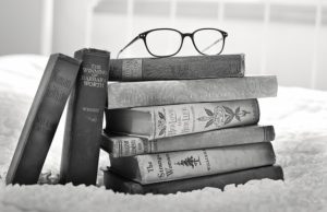 Okulary na książkach