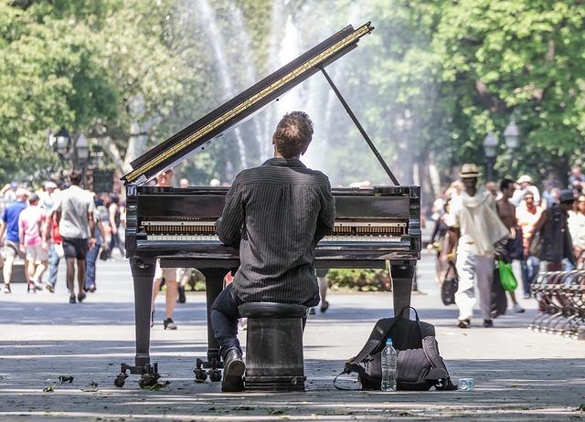 Mężczyzna gra na fortepianie w nowojorskim parku