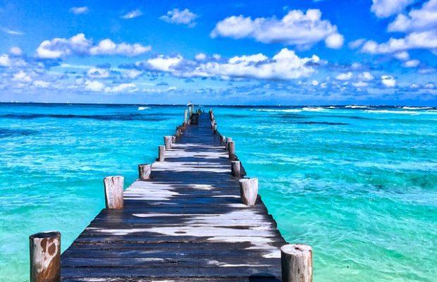 Molo na plaży w Meksyku