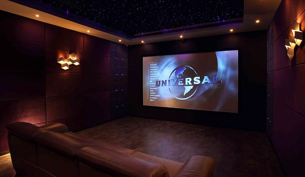 Ekran w sali kinowej