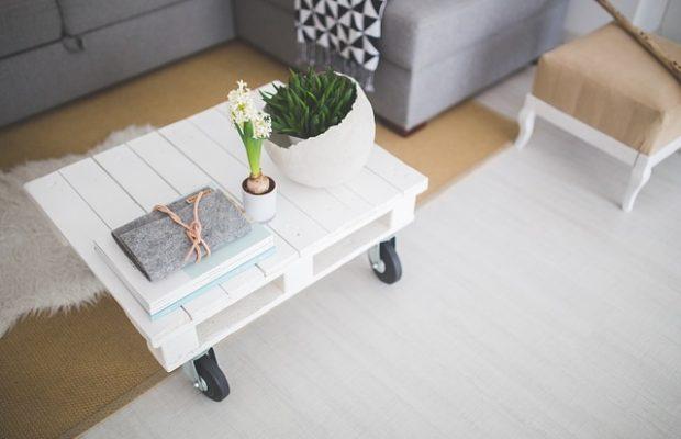 Stolik z palet w stylu skandynawskim