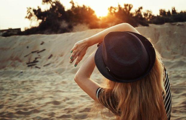 Kobieta osłania twarz przed słońcem