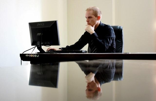 Biznesmen w trakcie pracy