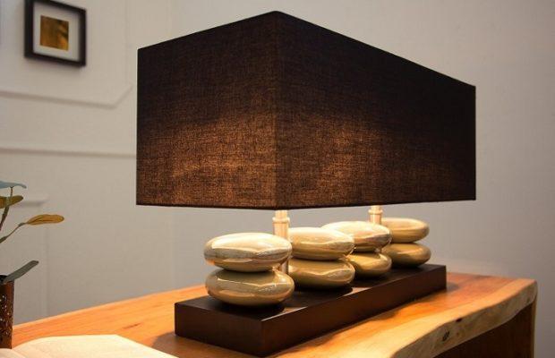 Lampa stołowa z kamieniami