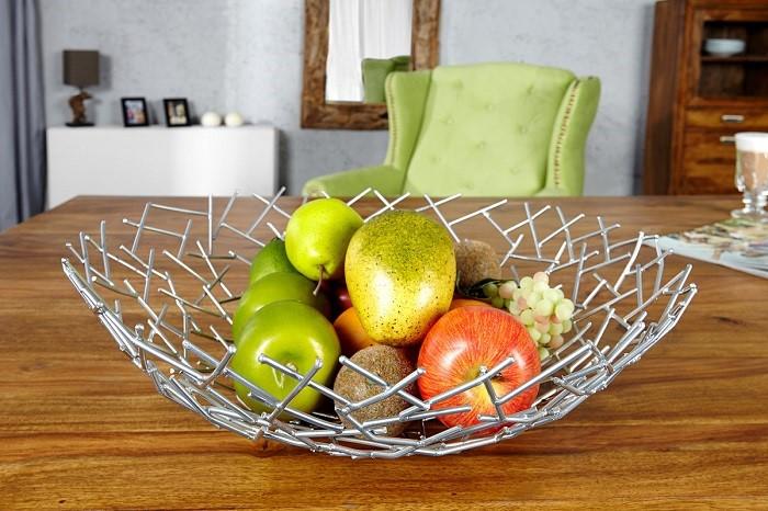 Misa z owocami na stole