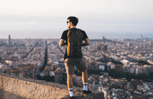 Zwiedzający mężczyzna z plecakiem