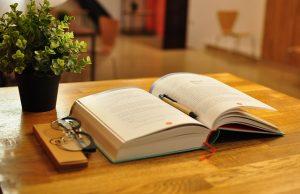 książka leżąca na stole