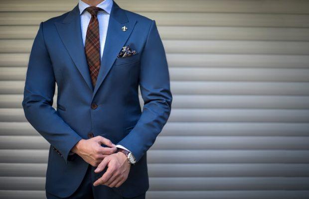 Mężczyzna w niebieskim garniturze