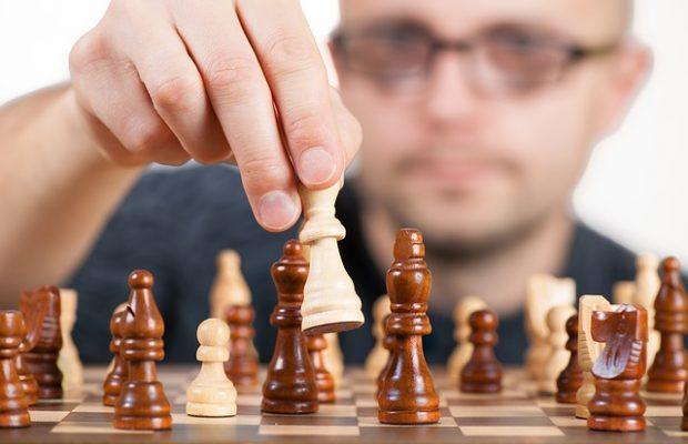 szachista wykonuje ruch