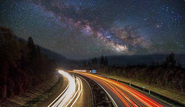 ulica w nocy