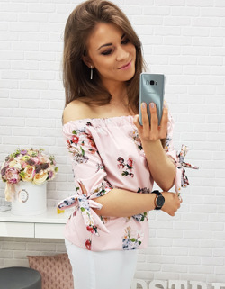 Dziewczyna z telefonem w ręku