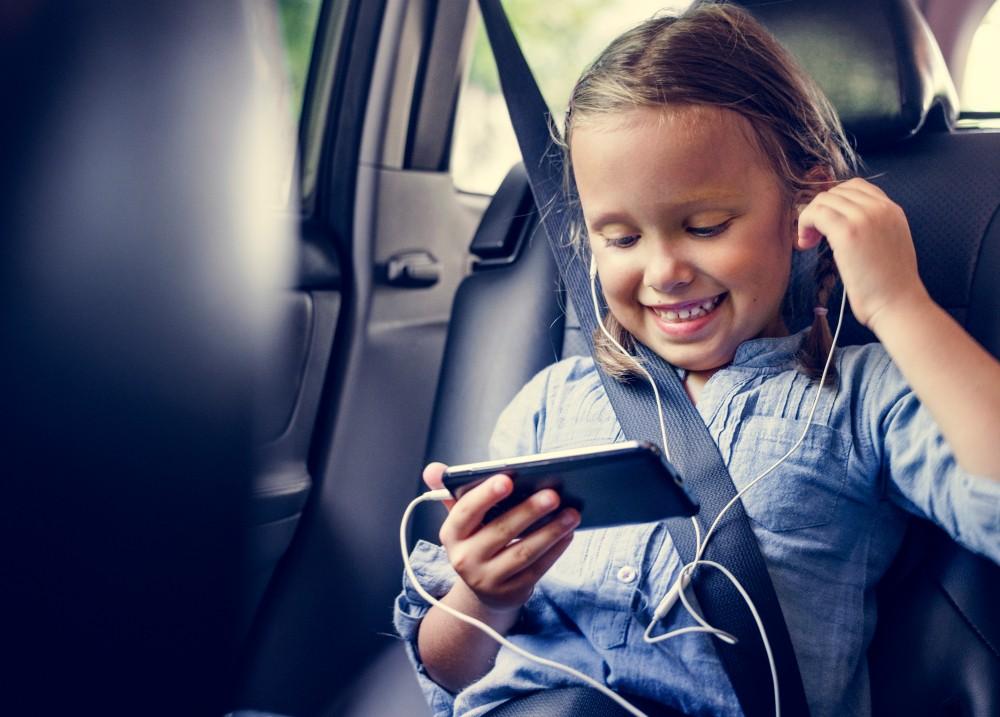 Dziewczynka ze słuchawkami i smartfonem