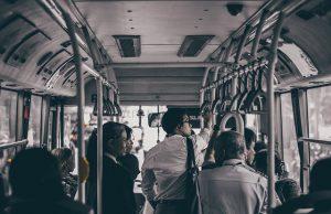 Pasażęrowie jadący autobusem