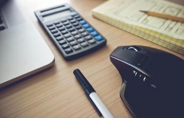 Kalkulator na biurku