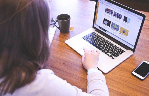 Kobieta pisząca na laptopie