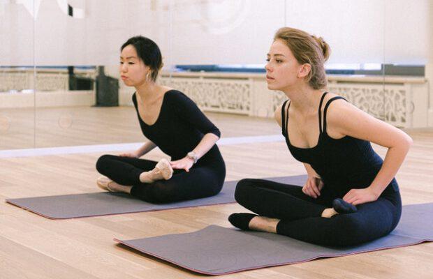kobiety ćwiczące na macie